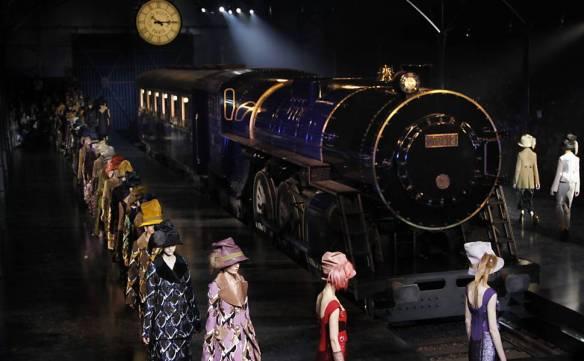 Marc Jacobs recria estação de trem para mostrar nova coleção da Louis Vuitton